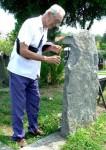 У гробници на Варошком гробљу, изнад које стоји неугледни камени споменик, Симовић пали свећу убијеном оцу Фото: Блиц