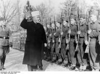 Велики муфтија јерусалимски Мохамед Амин ал-Хусеини у смотри муслиманске 13. Вафен СС брдске дивизије Ханџар (1. хрватска), Сарајево, новембар 1943. Фото: Bundesarchiv Bild 146-1978-070-04A, Amin al Husseini bei bosnischen SS-Freiwilligen