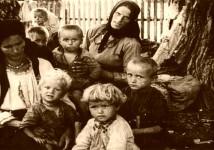 Срби у хрватском усташком логору Стара Градишка, мајке са децом у очекивању тријаже, 1942. Фото: Архива ЈУСП