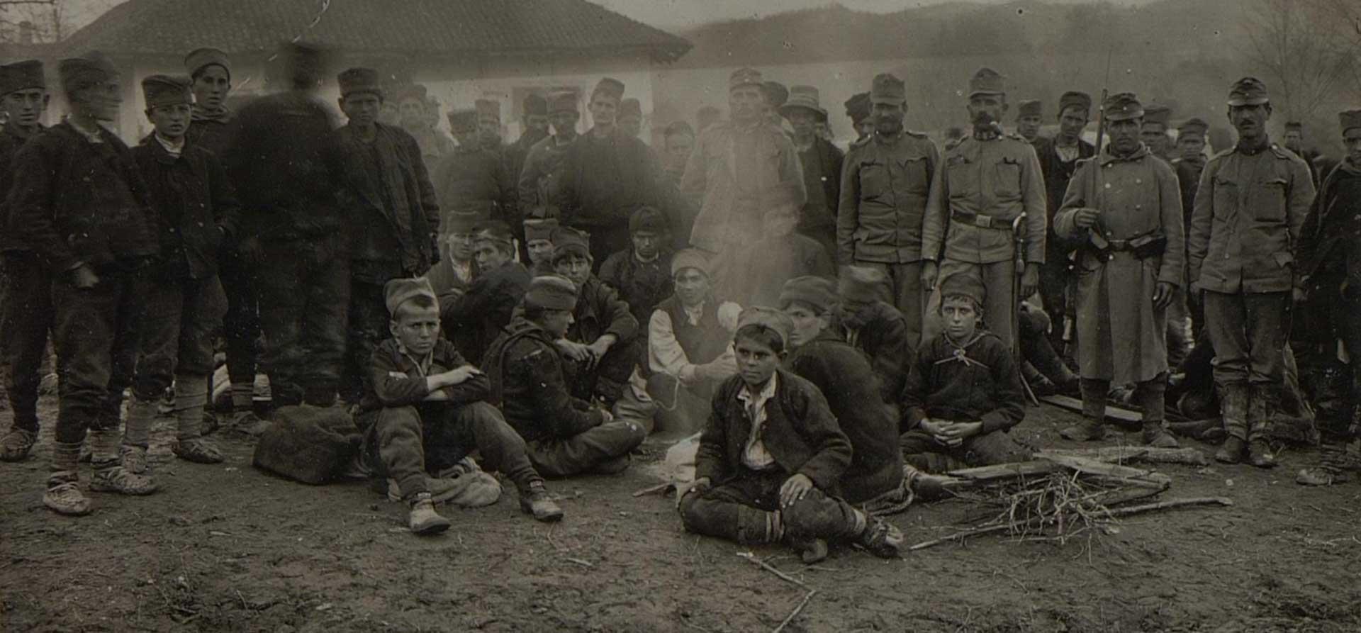 Српски дечаци заробљени у Трстенику, новембар 1915. године. Фото: К.у.К Ратни пресбиро, Аустријска национална библиотека, Беч