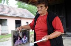 Славка Матић крај фотографија својих ћерки Фото: Вечерње новости, Игор Маринковић