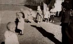Српска деца најмлађег узраста у хрватском усташком логору за децу. Први транспорт стигао је на железничку станицу у Сисак 3. августа 1942. Фото: принтскрин, youtubeвгуст 1942. Фото: принтскрин, youtube