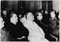 Опат Ђузепе Марконе, папски изасланик у Аграму са прерогативима папског нунција, у средини; лево Андрија Артуковић, министар унутрашњих послова, затим правде и религије НДХ, осуђени ратни злочинац; десно хрватски надбискуп А.Степинац, осуђени ратни злочинац (Друга бискупска конференција,Аграм, НДХ, 17. октобар 1941) Фото: Архива