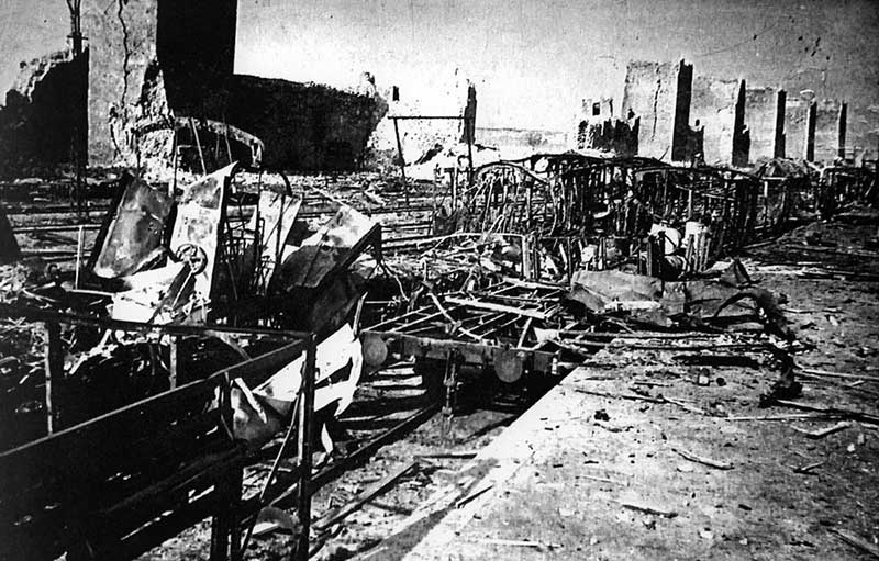 Смедерево, остаци композиције воза 4714, рушевине железничке станице и тврђаве, јун 1941. Фото: Историјска збирка Музеја у Смедереву