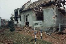 Улаз у српско село Пакленица из смера Старог Грабовца, мај 1995. Фото: Ратко Драговић Клек (ЗНГ)