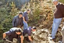 Придворица: Откопавање јаме, Милисав Милутиновић десно Фото: Г. Оташевић, Политика