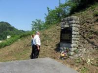 Сребреница: Полагање венаца на спомен-костурницу Срба побијених на Тројчина дан 1943. Фото: СРНА