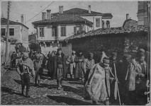 Осумњичени Срби одвођени на присилни рад, јануар 1917. Фото: Р. А. Рајс, Страдање града Битоља, Штампарска радионица Министарства војнога, Солун, 1917.