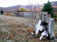 Поломљени српски споменик поред спаљене цркве у Рујанима 1992. године Фото: Б. Симоновић, Вести