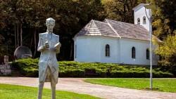 Споменик Николи Тесли испред цркве у Смиљану Фото: Спутњику уступила Епархија горњокарловачка